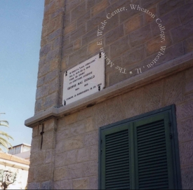 Plaque on the building acknowledging its history as MacDonald's home. Photographer Association Culturelle Bordighera. Wade Center Location File, Series 8.4 folder 1.